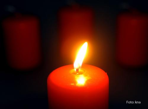 Die erste Kerze am Adventskranz brennt.