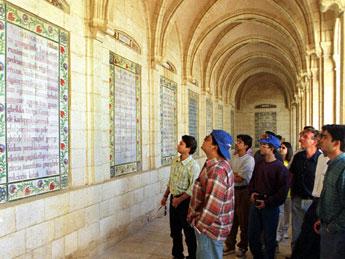 Im Kreuzgang der Pater Noster-Kirche (Vaterunser-Kirche) hängen Majolikaplatten mit dem Text des Vaterunsers in 64 Sprachen.|Foto: kna