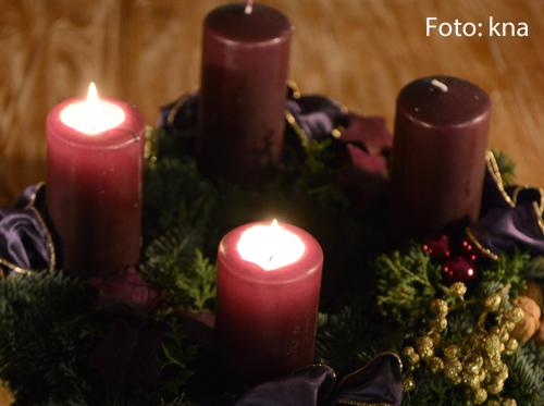Zwei Kerzen brennen am Adventskranz.