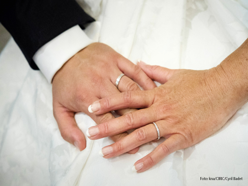 Ein Brautpaar hat sich gerade die Ringe angesteckt. Foto: kna/CIRIC/Cyril Badet