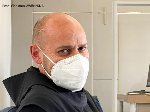 Der Benediktinermönch Abraham Sauer bei einem Prozess gegen ihn, weil er Kirchenasyl gewährt hat.