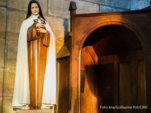 Ein Statue der heiligen Theresia von Lisieux