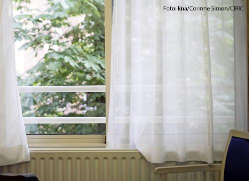 Ein offenes Fenster in einem Altenheim