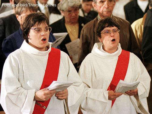 Angela Berlis (links) und Regina Pickel-Bossau bei ihrer Priesterweihe.