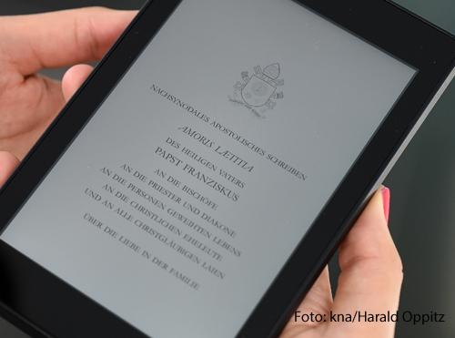 Auf einem Tablet ist eine Version des päpstlichen Lehrschreibens Amoris Laetitia abgebildet.