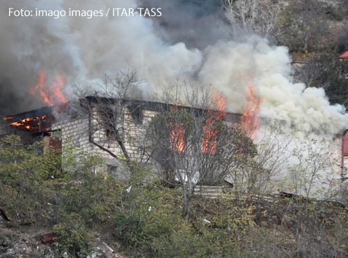 Ein Haus in Armenien brennt. Dorfbewohner haben es abgebrannt, weil die Region an Aserbaidschan geht.