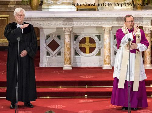 Der Ratsvorsitzende der Evangelischen Kirche, Heinrich Bedford-Strohm und der Vorsitzende der Katholischen Bischofskonferenz Georg Bätzing bei einem Gottesdienst