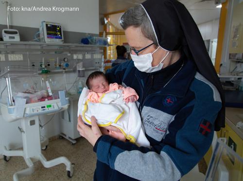 Lucia Corradin, franziskanische Elisabethenschwester aus Padua, mit einem Baby auf dem Arm im Caritas Baby Hospital in Bethlehem am 18. Januar 2021.