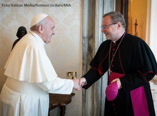 Papst Franziskus begrüßt Georg Bätzing, Bischof von Limburg und Vorsitzender der Deutschen Bischofskonferenz (DBK), am 24. Juni 2021 zu einer Privataudienz im Vatikan.