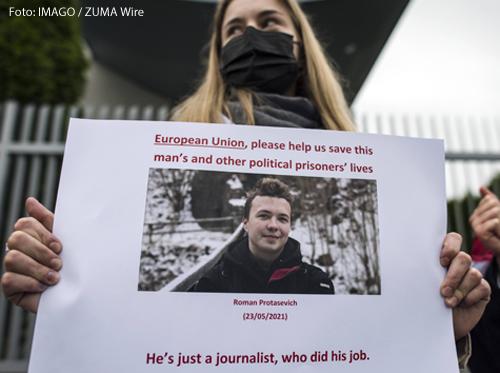 Eine Frau hält ein Foto des verhafteten belarussischen Journalisten Roman Protesevich in der Hand.
