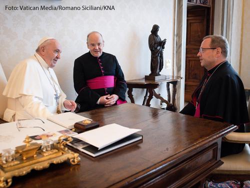 Papst Franziskus empfängt Georg Bätzing (r.), Bischof von Limburg und Vorsitzender der Deutschen Bischofskonferenz (DBK), am 24. Juni 2021 zu einer Privataudienz im Vatikan.