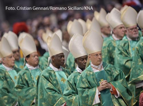 Geistliche beim Eröffnungsgottesdienst der Amazonas-Bischofssynode am 6. Oktober 2019 im Petersdom im Vatikan, unter ihnen Kardinal Angelo Bagnasco, Erzbischof von Genua (vorne rechts).