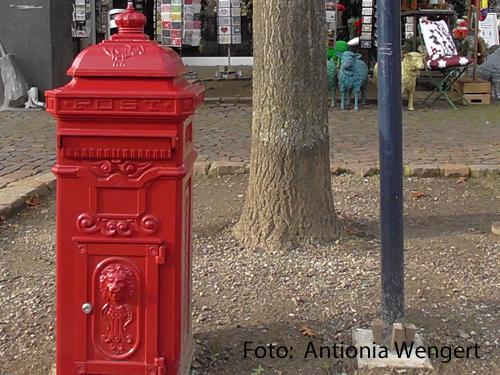 Ein roter Briefkasten steht auf dem Europaplatz in Vechta. Dort können Passanten Briefe für Alleinstehende einwerfen, denen sie eine Freude machen wollen.