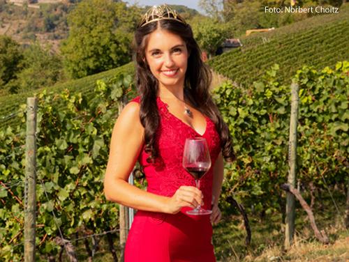 Die Weinprizessin Carolin Hillenbrand hält ein Weinglas in der Hand.
