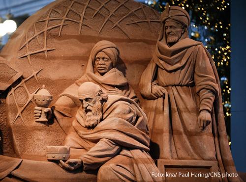 Eine Skulptur aus Sand zeigt die Heiligen drei Könige.