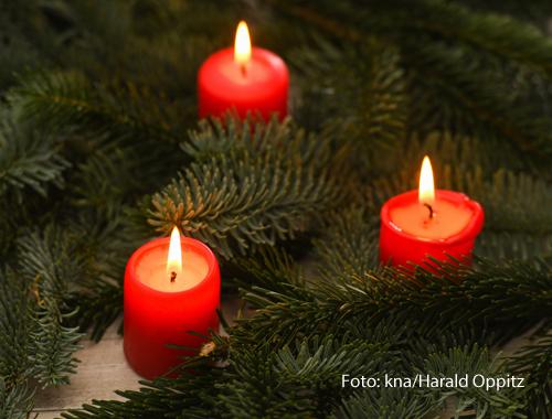 Drei Kerzen brennen am Adventskranz.