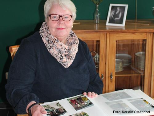 Elisabeth Kölker blättert durch ein Fotoalbum mit Bildern ihrer verstorbenen Tochter.