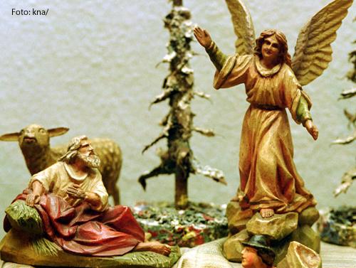 Diese Krippe zeigt einen Engel, der den Hirten auf dem Feld die Botschaft von der Geburt Jesu verkündet.