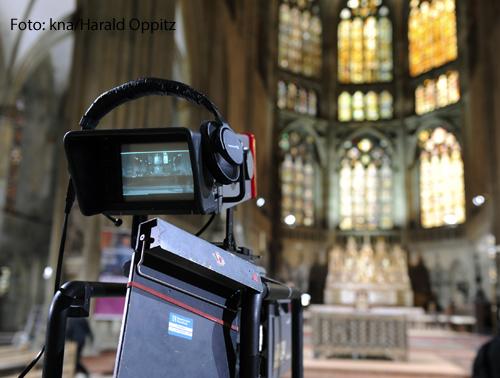 Eine Fernsehkamera zeichnet einen Gottesdienst auf.
