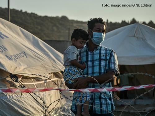 Ein Vater hält seinen Sohn auf dem Arm im Flüchtlingslager Kara Tepe auf Lesbos.