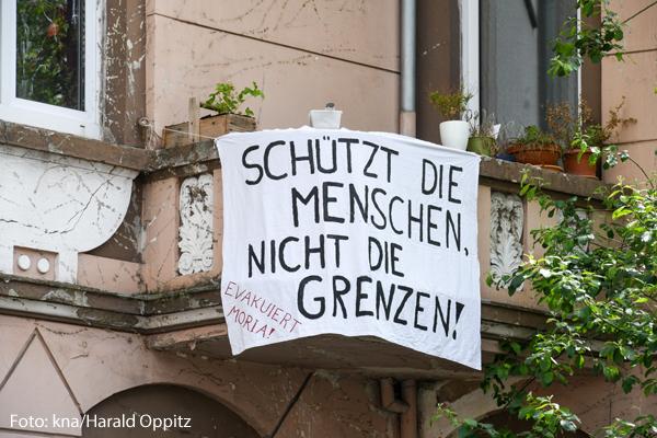 Ein Banner fordert, Geflüchtete aus Moria in Deutschland aufzunehmen