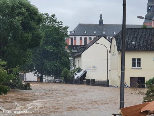 Das Eifelstädtchen Prüm ist von der Hochwasserkatastrophe hart getroffen worden, Überall Spuren der Verwüstung, ein Transporter steht aufrecht an einer Hauswand,