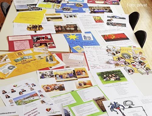 Viele Plakate liegen auf einem Tisch