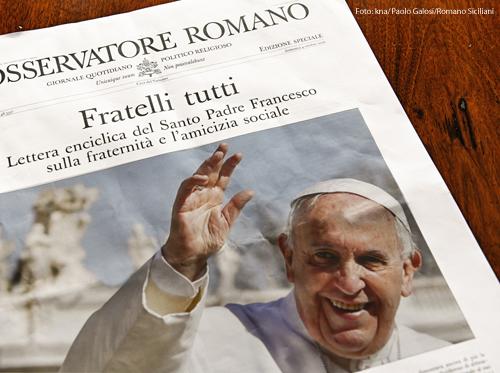 """Die Zeitung L'Osservatore Romano mit dem Abdruck der neuen Enzyklika """"Fratelli tutti"""" von Papst Franziskus"""