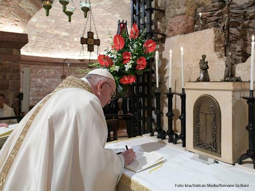"""Papst Franziskus unterschreibt seine neue Enzyklika """"Fratelli tutti""""."""