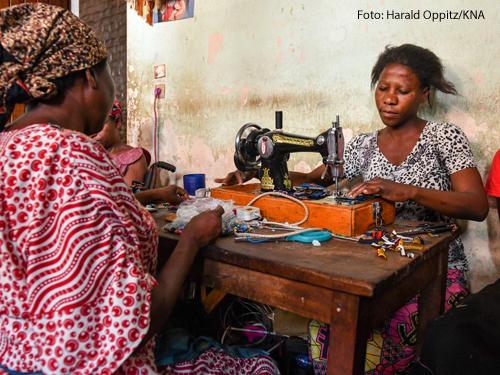 Frauen arbeiten in einer kirchlichen Nähstube in Bukav (Kongo).