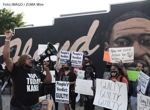 Demonstranten in Atlanta  freuen sich über das Urteil gegen den Polizisten Derek Chauvin. Er hatte den US-Amerikaner George Floyd bei einem Einsatz ermordert.