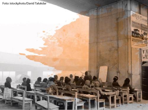 Kinder aus einem Slum in Neu-Delhi haben ihr Klassenzimmer unter einer Brücke.