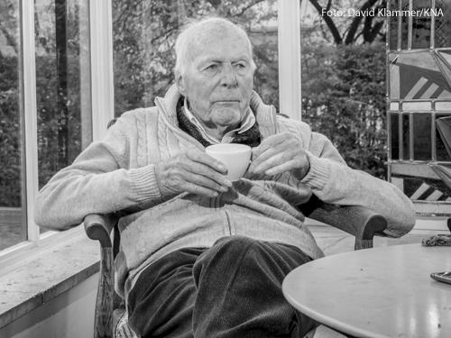 Gottfried Böhm, Architekt, am 29. Oktober 2019 mit einer Tasse im Wintergarten seines Hauses in Köln.