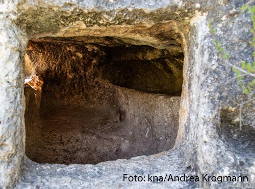"Eingang zu den Höhlengräbern auf dem Wanderweg ""Emmaus Trail"" bei Emmaus Nikopolis (Israel)."