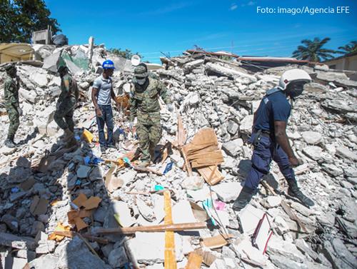 Nichts als Verwüstung: Nach dem Erdbeben auf Haiti suchen Helfer in den Trümmern nach Überlebenden.