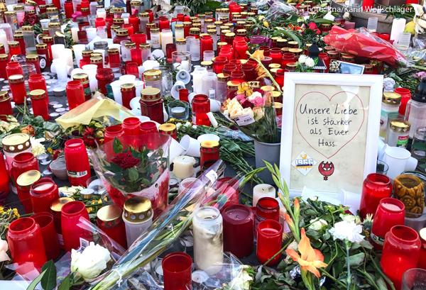 Am Ort des Anschlags von Halle gedenken die Menschen den Opfern mit Kerzen.