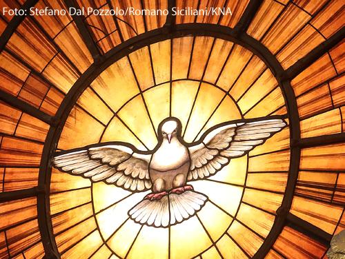 Ein Glasfenster mit der Darstellung des Heiligen Geistes als Taube im Petersdom im Vatikan.