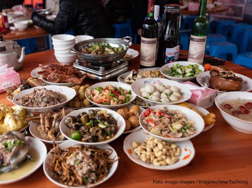 Ein üppiges Buffet mit verschiedenen Speisen bei einer Hochzeit