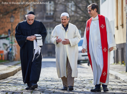 Geistliche des House of One im Dialog (v.l.n.r.) Rabbiner Andreas Nachama, Imam Kadir Sanci und Pfarrer Gregor Hohberg