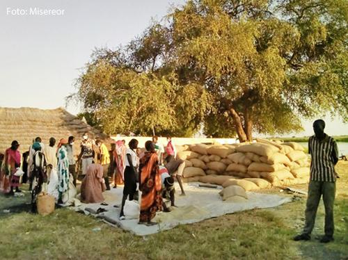 In einem Dorf im Südsudan werden Säcke mit Getreide verteilt.