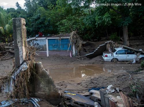 Eine zerstörte Straße in Honduras. Dort hat der Wirbelsturm Eta für heftige Überschwemmungen gesorgt.