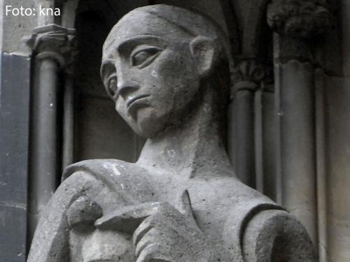 Eine Heiligenfigur am Kölner Dom zeigt den biblischen Ijob.