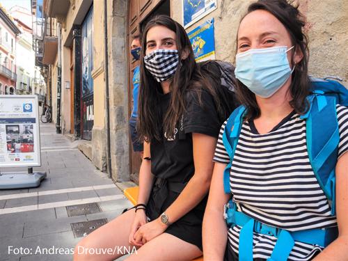 Zwei Pilgerinnen sind mit Mundschutz auf dem Jakobsweg unterwegs.