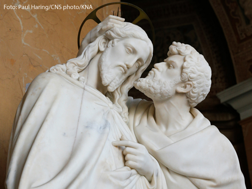 Eine Statue zeigt Jesus und Judas beim Judaskuss.