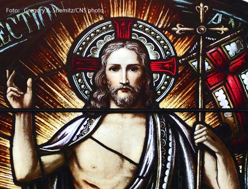 Ein Kirchenfenster zeigt Jesus mit einem Heiligenschein.