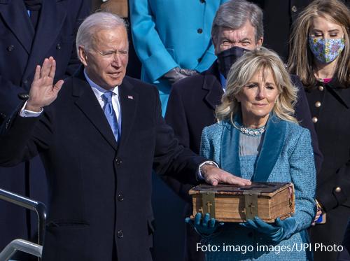 Joe Biden schwört seinen Amtseid als neuer Präsident der USA auf eine historische Familienbibel, die sich seit 127 Jahren im Besitz der Bidens befindet.
