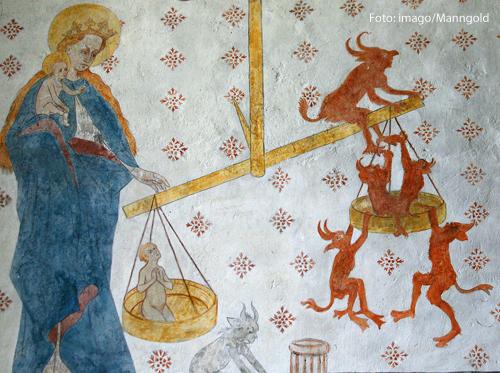 Eine Wandmalerei in einer Kirche zeigt das jüngste Gericht.