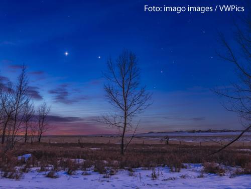 Eine Aufnahme zeigt einen Nachthimmel mit einem hellen Stern. Venus und Jupiter stehen nah beieinander, deswegen strahlen sie so hell.
