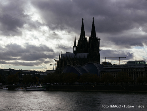 Über dem Kölner Dom hängen dunkle Wolken.
