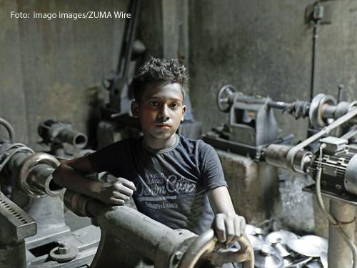 Ein Junge arbeitet in einer Fabrik in Bangladesch.